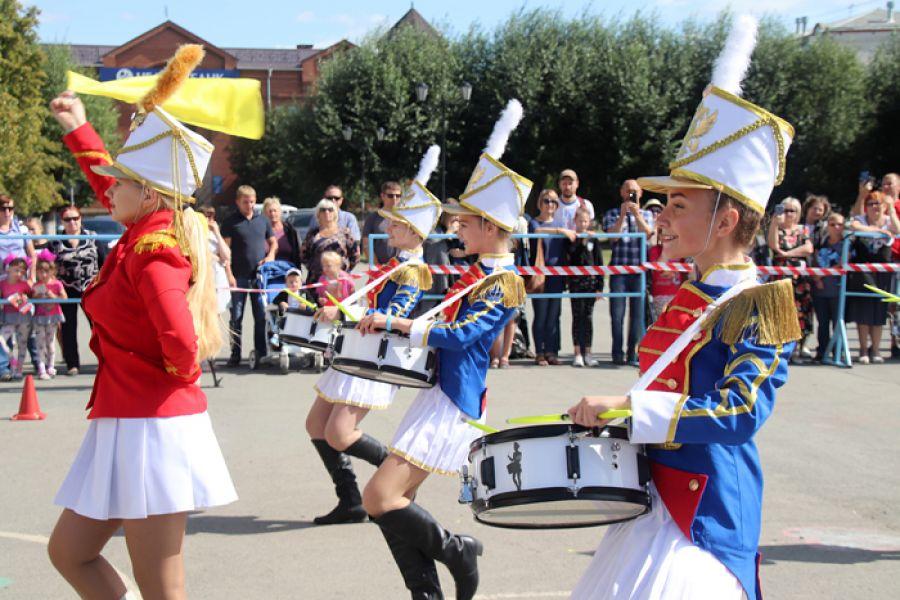 Под марш гусар и гренадеров: День города Еманжелинска украсил фестиваль по батон-твирлингу и мажорет-спорту