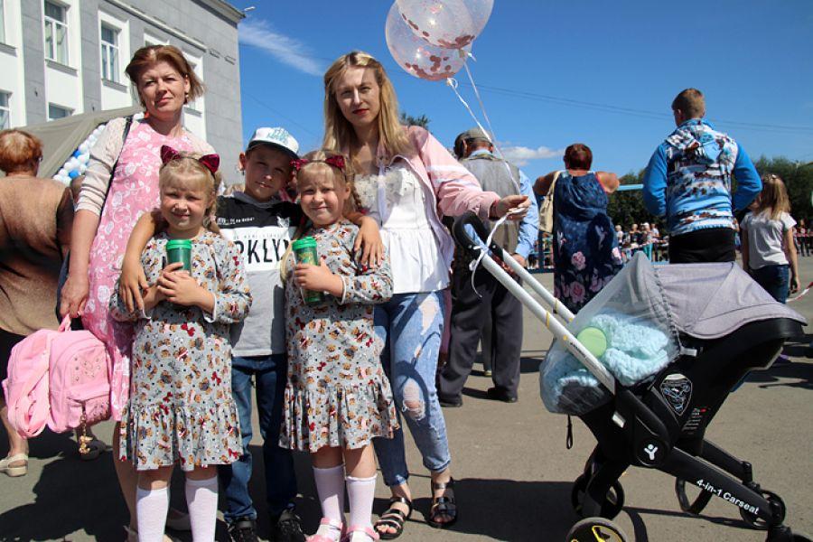 17 пар близнецов и двойняшек пришли на праздник «Еманжелинск в лицах»
