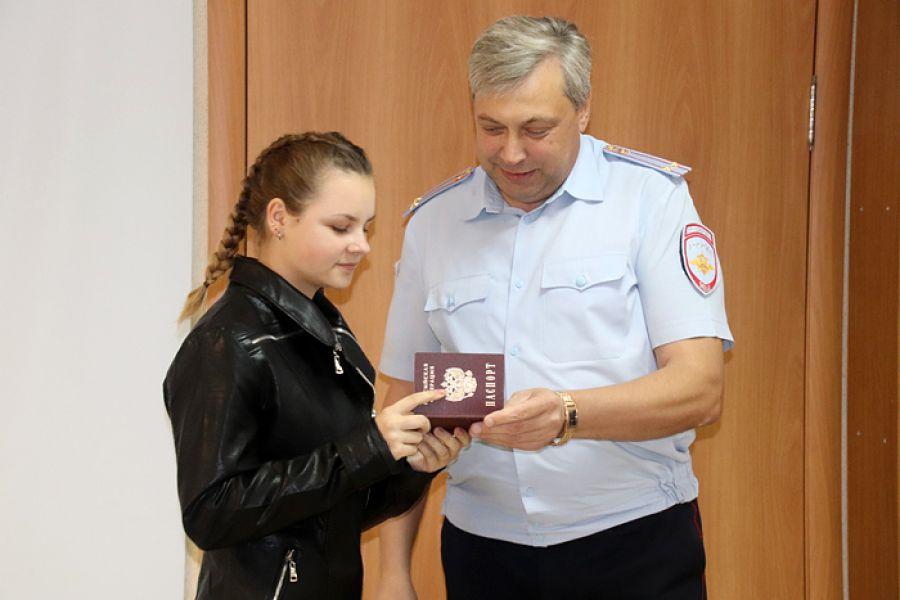 В Еманжелинске сотрудники миграционной службы торжественно вручили паспорта шести школьникам