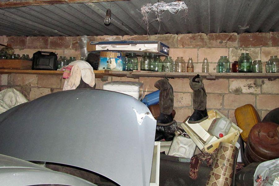 ВКиселевске двое бандитов проламывали крыши гаражей
