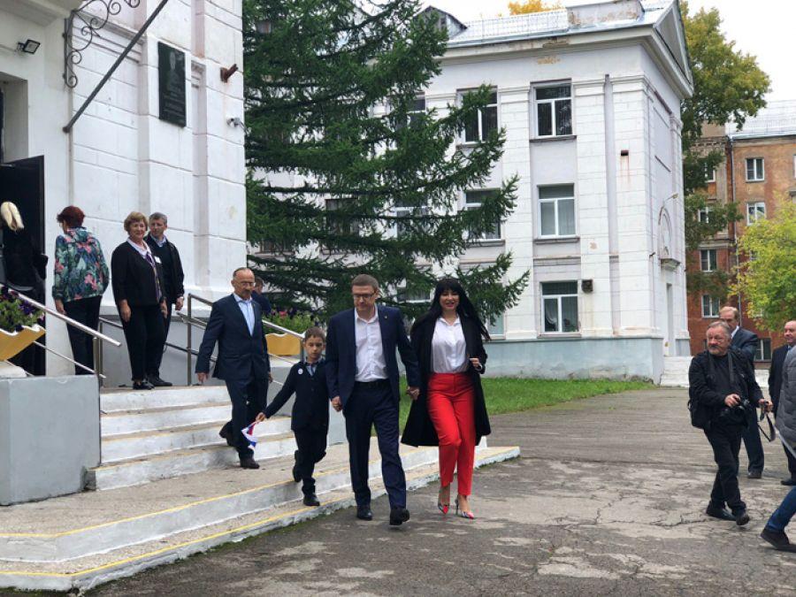 На избирательный участок в Металлургическом районе Челябинска Алексей Текслер приехал с женой и сыном
